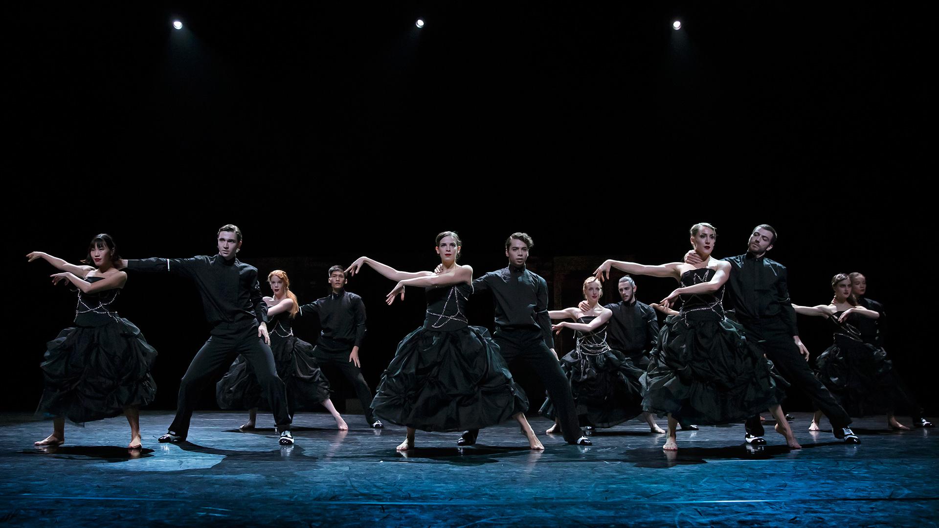 Volledig ensemble danst in de voorstelling The Great Bean van Scapino Ballet Rotterdam