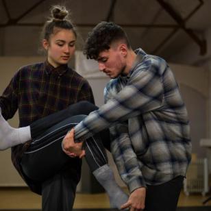 Foto van Justin de Jager met geruit overhemd samen met een vrouwelijke danser