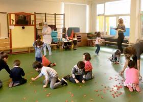 Workshop in een gymlokaal met kinderen die actief meedoen