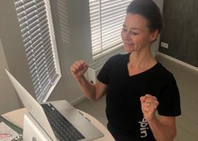 Docente Annemarie geeft vanuit huis vanachter haar laptop een workshop