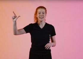 Danseres Ellen steekt bij het aftellen 2 vingers omhoog