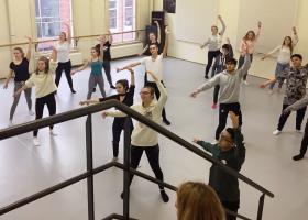 Leerlingen dansen in de studio van Scapino Ballet