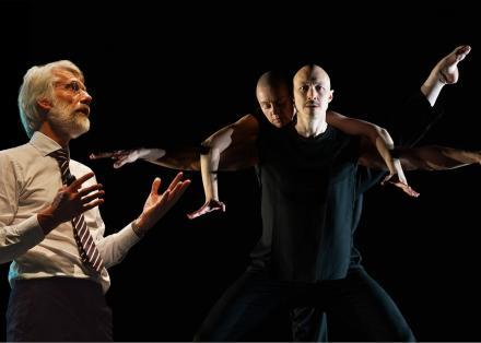 Professor Erik Scherder legt uit, terwijl dansers Bonnie en Mischa een intiem duet dansen.