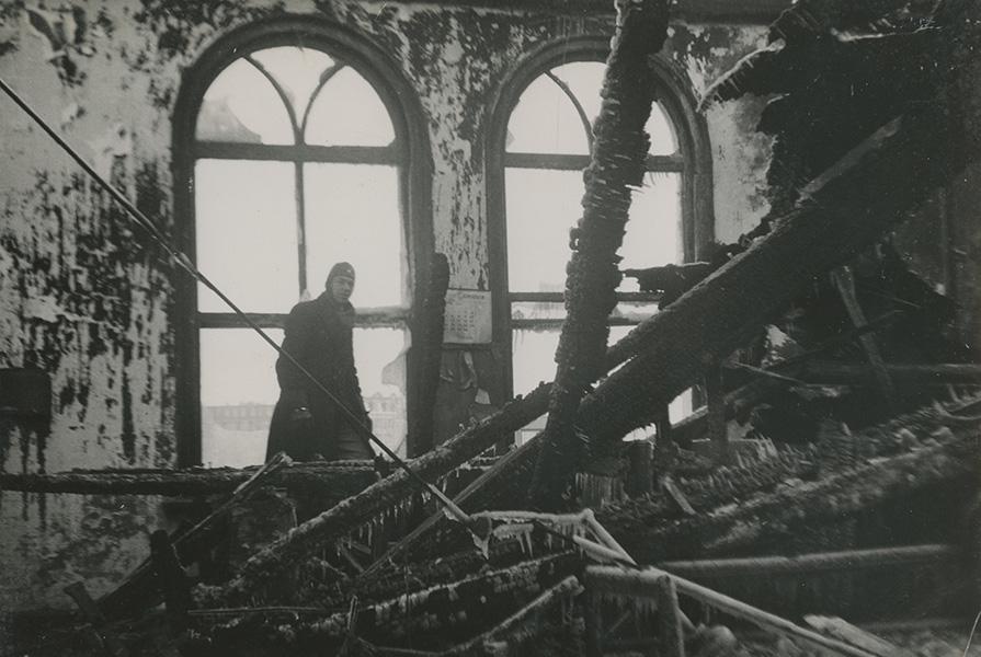 Een brandweerman inspecteerd het uitgebrande Weesperpoortstation (fotograaf onbekend)