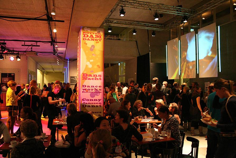 Foyer van de Rotterdamse Schouwburg tijdens de DANSnacht (fotograaf onbekend)