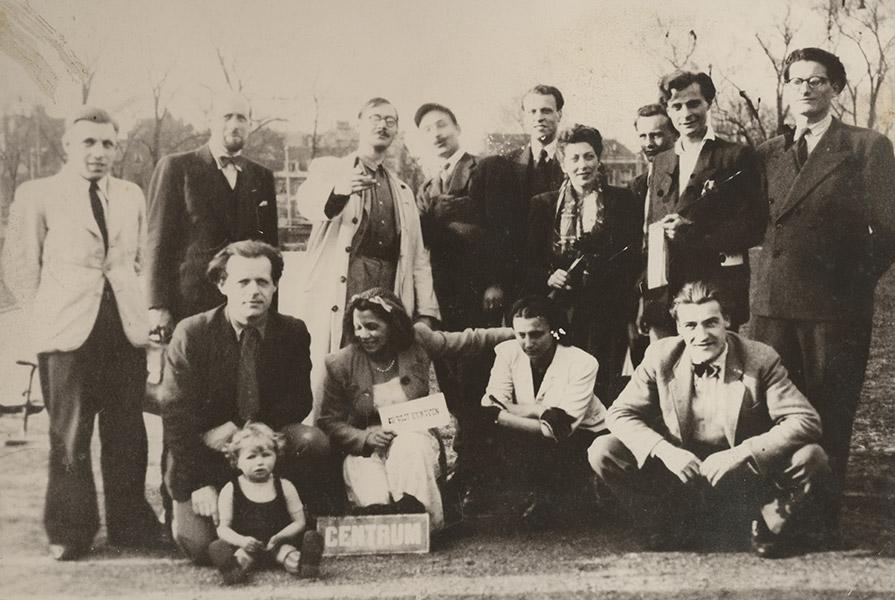 Leden van Stichting De Vijf Kunsten (+/- 1945) | Abraham van der Vies staat tweede van links (fotograaf onbekend)