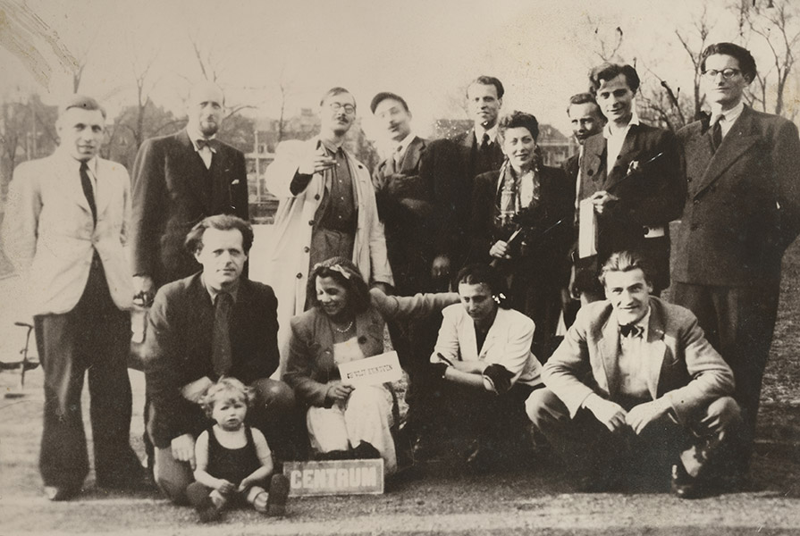 Leden van Stichting De Vijf Kunsten (+/- 1945) | Hans Snoek zit tweede van rechts (fotograaf onbekend)
