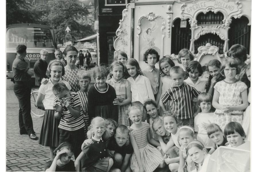 Hans Snoek met een groep kinderen (fotograaf onbekend)