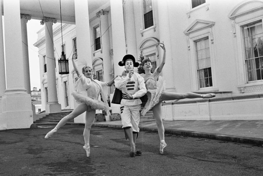 Scapino samen met danseressen Ine Rietstap en NAAM op de oprit van het Witte Huis (foto ANP)