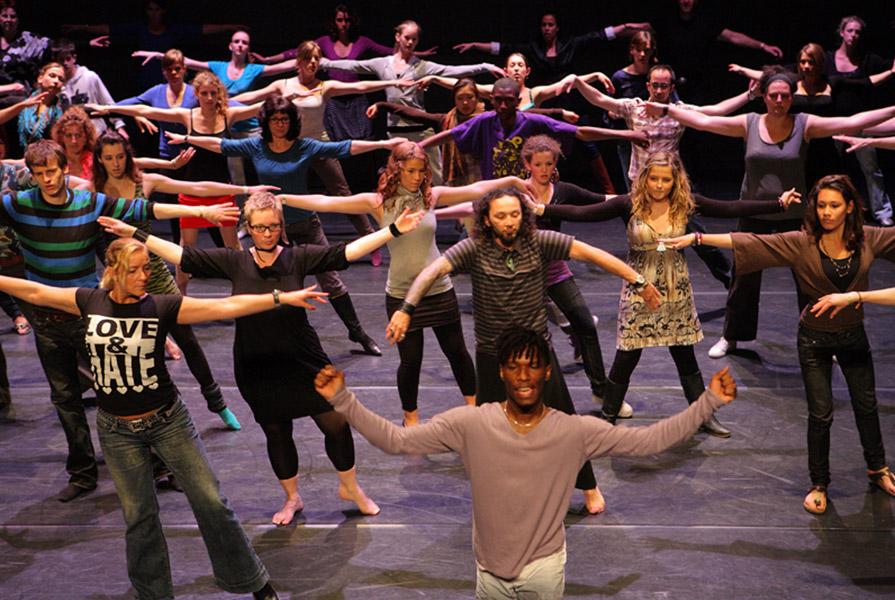Workshop voor publiek tijdens de DANSnacht (foto Joke Schot)
