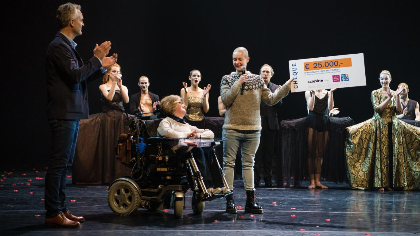 Bonnie Doets overhandig de cheque aan het Prinses Beatrix Spierfonds