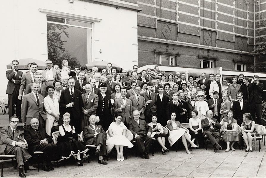 Groepsfoto gemaakt tijdens een receptie in het Stedelijk Museum | foto Persbureau Lindeman