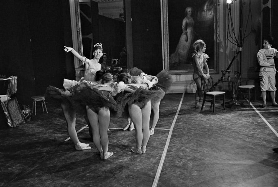 Ine Rietstap tussen collega danseressen, voor het optreden in het Witte Huis in 1964 (foto ANP)