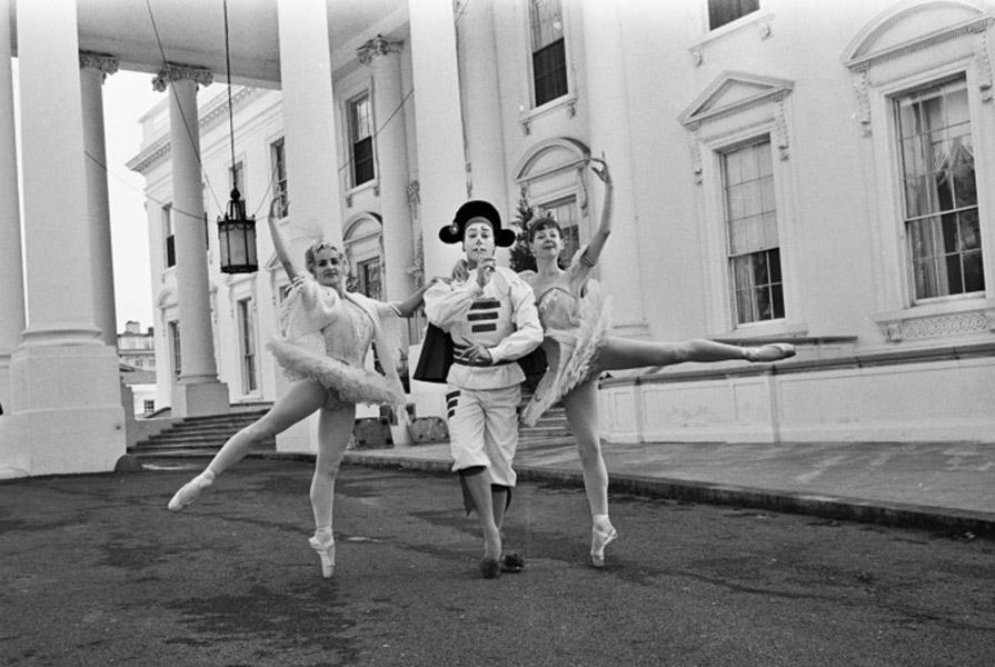 Ine Rietstap (rechts) voor het Witte Huis in 1964 (foto ANP)